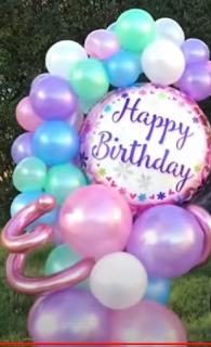 Geburtstagsdekoration mit Luftballons.