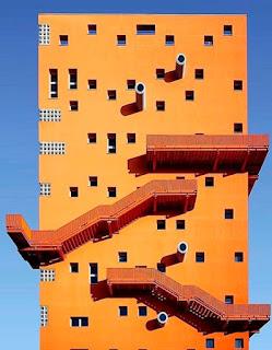 Оранжевый дом с не стандартными окнами