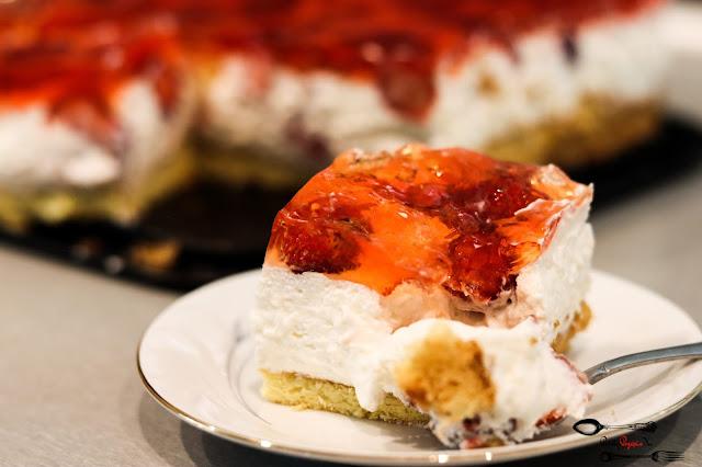 ciasta i desery, ciasto z bitą śmietaną, ciasto z galaretką, ciasto z owocami i galaretką, ciasto z owocami sezonowymi, ciasto z truskawkami, biszkopt z 3 jaj, krem śmietanowy z mascarpone i owocami,