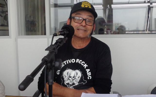 """O músico, dj, produtor cultural e radialista Manoel Barata, durante a gravação do programa """"Rota 77, Rock da Periferia"""", na Rádio Antena Zero: atração dedicada ao punk rock e ao hardcore é o mais antigo da internet no Brasil ainda em atividade. (Foto: Divulgação)"""