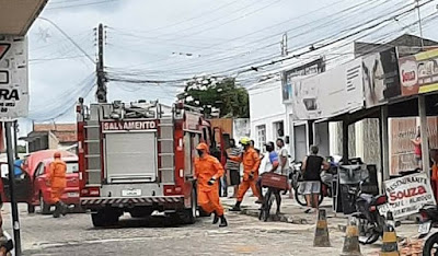Em Delmiro Gouveia, veículo pega fogo no centro da cidade