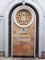 ukiran tempelan dinding bentuk bulat dari batu alam / batu putih