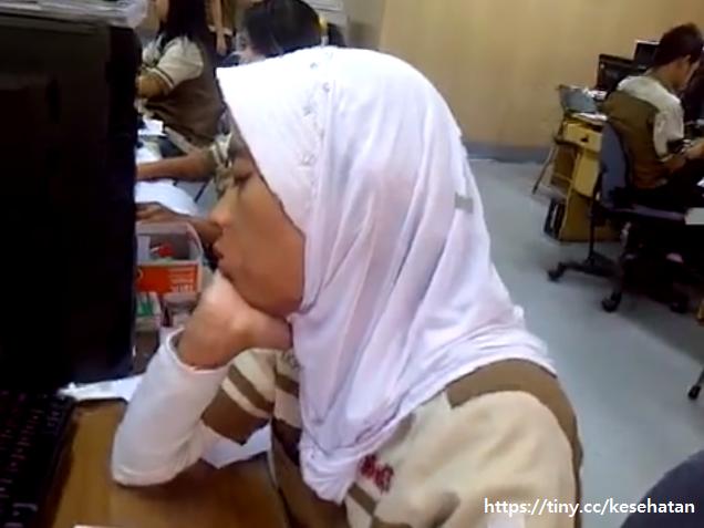 wanita tertidur saat bekerja di kantor
