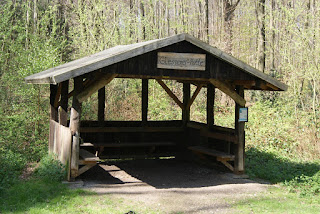 """Eine Schutzhütte mit dem Schild """"Glessener Hüte"""""""