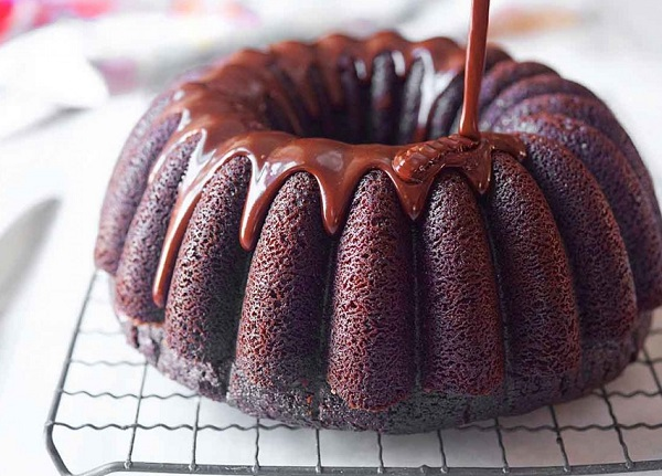 How to make a cake with chocolate sauce