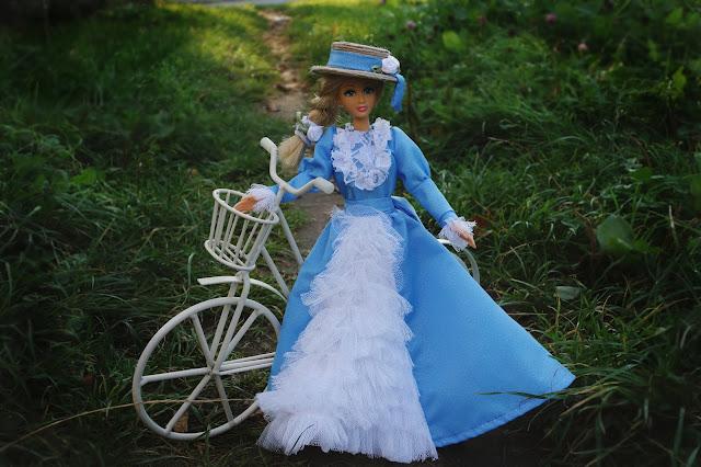 Suknia historyczna dla lalki Barbie