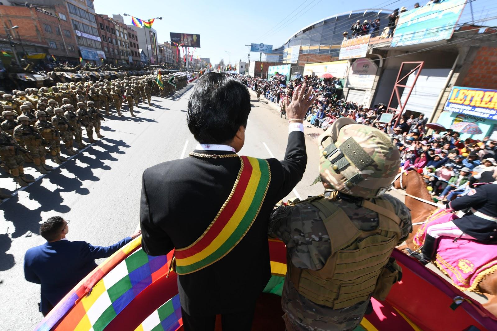 Kaliman con uniforme camuflado, acompañando a Morales durante la Parada Militar del miércoles en El Alto / ABI