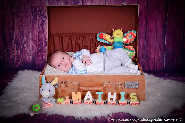 portrait bébé dans valise vintage avec petit train prénom