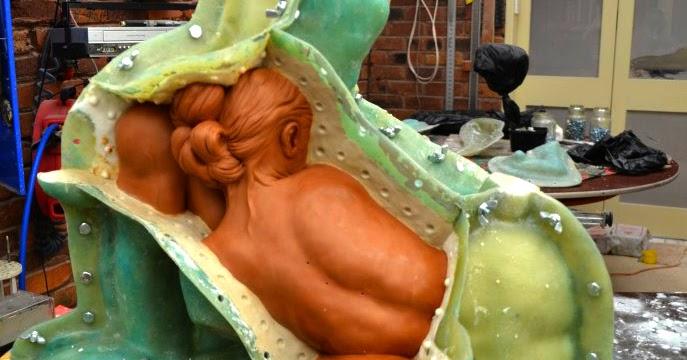 El arte de fundir esculturas, el moldeado.