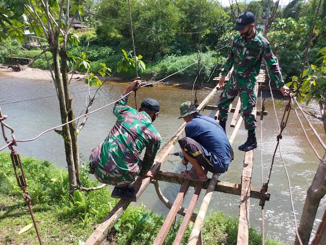 Satgas Yonif 642 Kapuas Bersama Masyarakat Perbaiki Jembatan Rusak