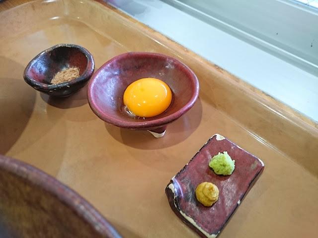 生卵と薬味の写真