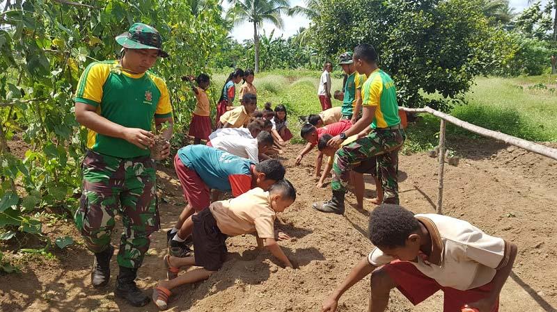 Ajarkan Siswa-Siswi Perbatasan RI-PNG Berkebun