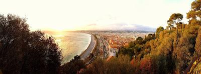 un couché de soleil sur la ville de Nice