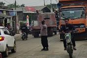 Antisipasi Kepadatan Arus Lalin Akibat Truk Pecah Ban, Anggota Polsek Jawilan Sigap Urai Kemacetan