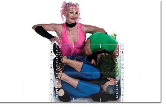 Guinness World Records- 3 contorcionistas em uma caixa