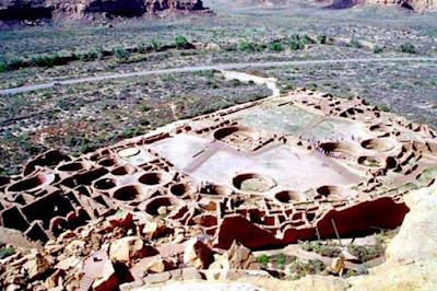 Nell'XI secolo, gli Ancestral Puebloans costruirono enormi strutture nella valle del Chaco, ritenuta il luogo di pellegrinaggio religioso.