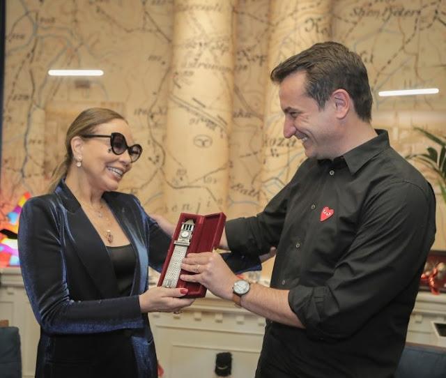 Erion Veliaj consegna l'orologio di Tirana a Ornela Muti
