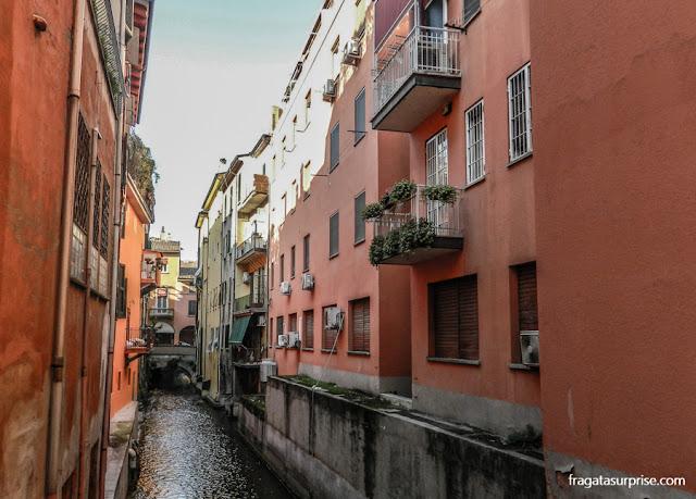 Canal que costa o Centro Histórico de Bolonha