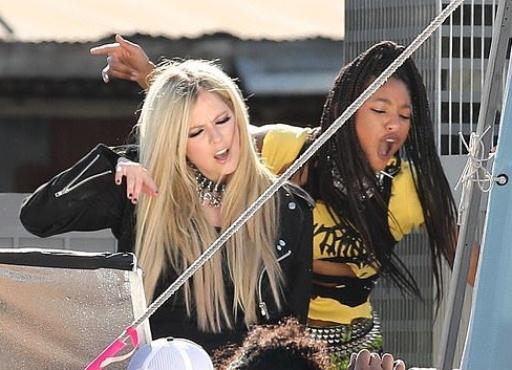 Avril Lavigne y Willow Smith filman videoclip para 'Grow', su nueva colaboración.