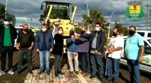 Vivaldo Lessa entrega motoniveladora e diversos veículos para o Município de Roncador