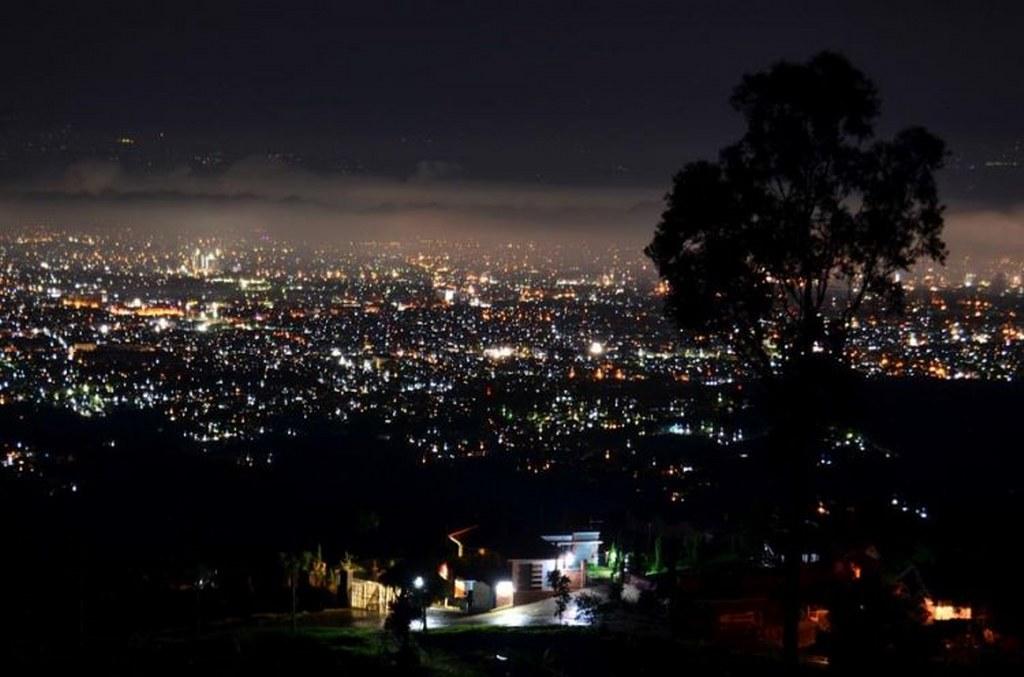 suasana malam hari Punclut Bandung
