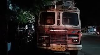 नगर निगम और थाना यातायात को खुली चुनौती देता ट्रक हमेशा से खड़ा रहता है यात्री प्रतीक्षालय के सामने