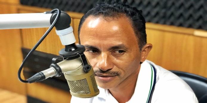 """""""TÁ COM TUDO"""": Cachê do cantor de 'Caneta Azul' 'dobra' após sucesso"""