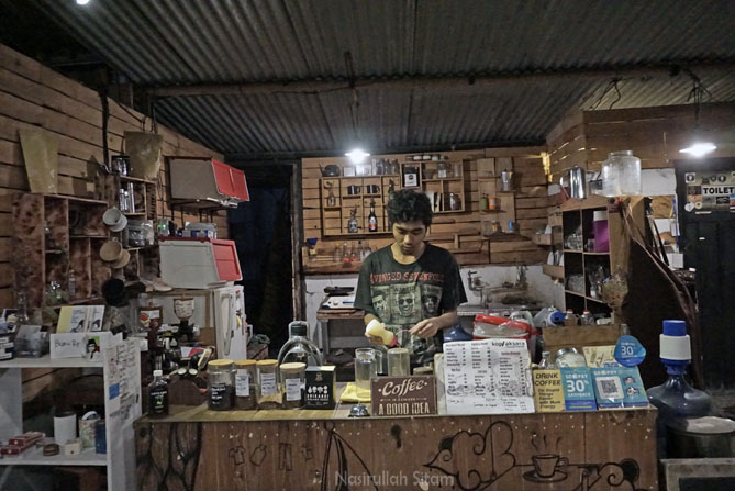 Arbain, salah satu Barsita di Kedai Kopi Aksara