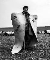 Sırtında kepenek olan bir çobanın boydan resmi