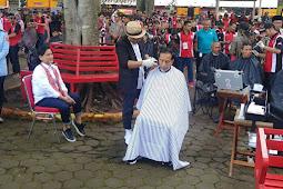Polemik Jokowi Cukur di Tempat Terbuka