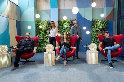 Os jurados Amure Pinho, Dani Arruda e Tallis Gomes (sentados),  a apresentadora Ana Luísa Medici e o mentor Fernando Seabra - Crédito: Kelly Fuzaro/Band