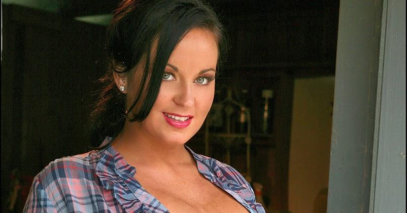Sarah Randall 32H Bombshell Bares Huge Rack in Barn - PORN