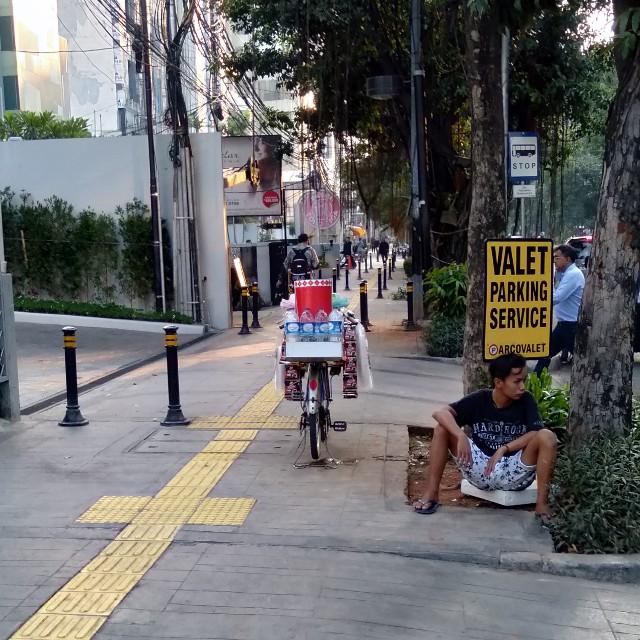 Valet Parking Service Untuk Pedagang Kopi Keliling