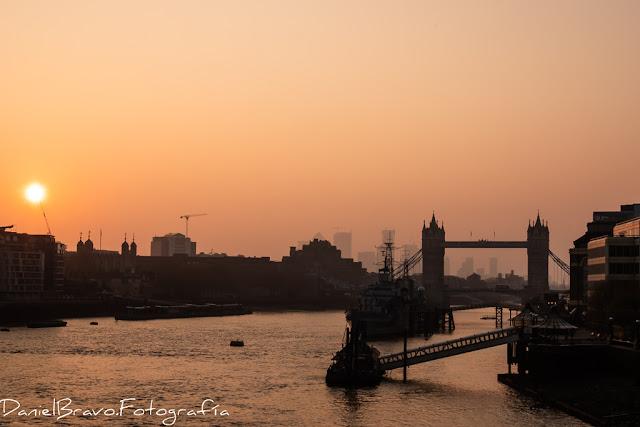 Fotografía del Tamesis atravesando Londres a contraluz con el puente de la Torre de Londres al fondo