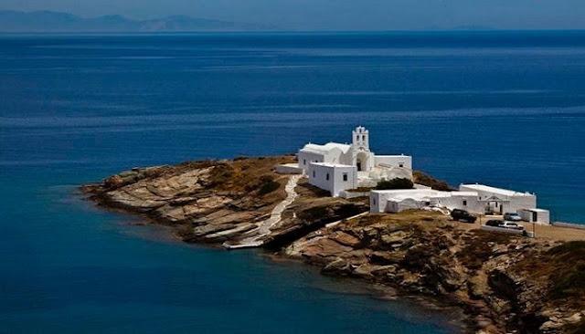 Το ελληνικό νησί με τις 235 εκκλησίες που σε μαγεύει με τις ομορφιές του