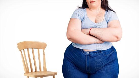 cliente proibida sentar cadeira peso indenizada
