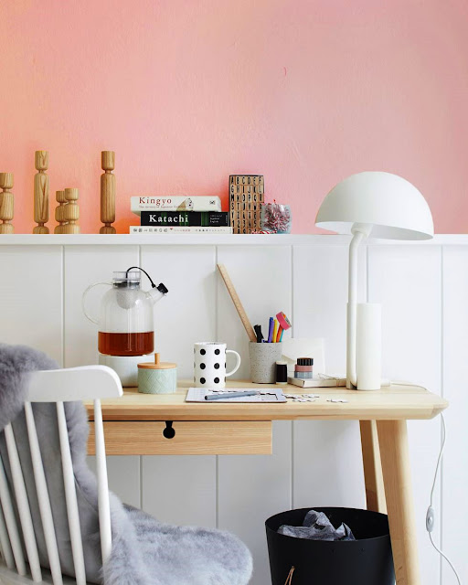07. Pilih warna pink untuk ruang kerja di rumah (sesuai selera).