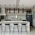 Espaço gourmet contemporâneo claro com pontos pretos, mármore e geladeira adesivada!