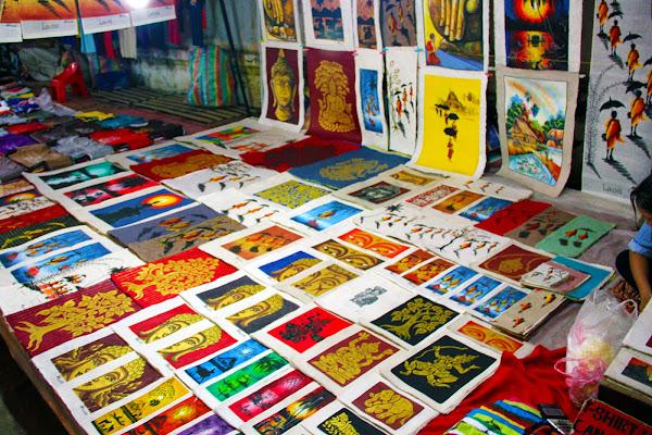 Souvenirs de Laos en el mercado nocturno de Luang Prabang