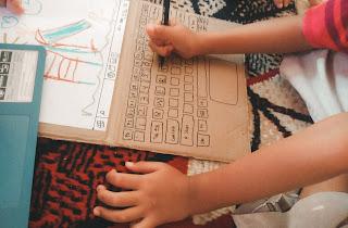 mengias kardus menjadi bentuk laptop untuk bermain