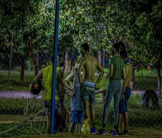 Jovens continuam desafiando a pandemia fazendo aglomerações e festas clandestinas