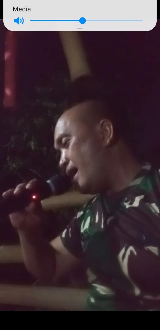 Usir Rasa Penat. Satgas TMMD Karaoke Bersama Warga