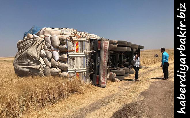 Diyarbakır merkez Sur ilçesinde saman yüklü kamyonun devrilmesi sonucu 6 kişi yaralandı.