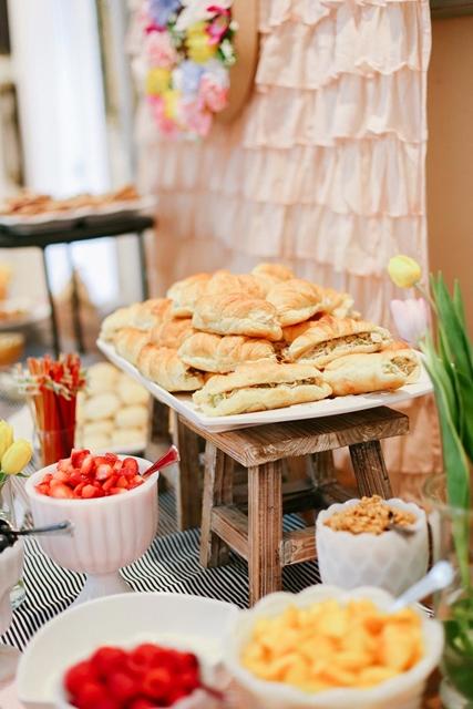 mesa de comida rústica para festa
