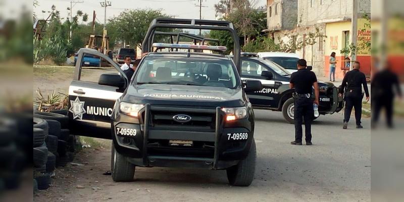 Sujetos armados rafaguean y ejecutan a dos policías y un civil en Salvatierra, Guanajuato.