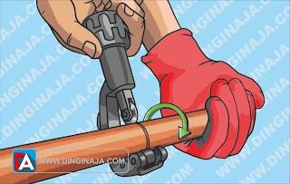 cara memotong pipa tembaga