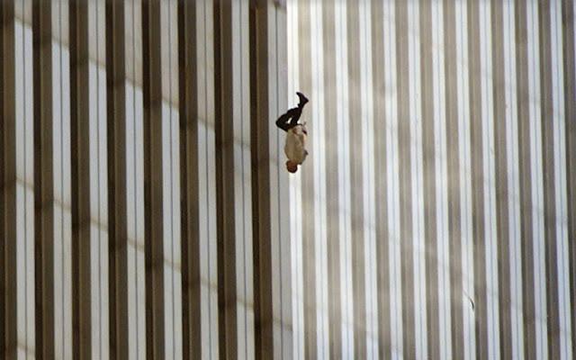 foto unik orang terjatuh dari lantai atas gedung wtc