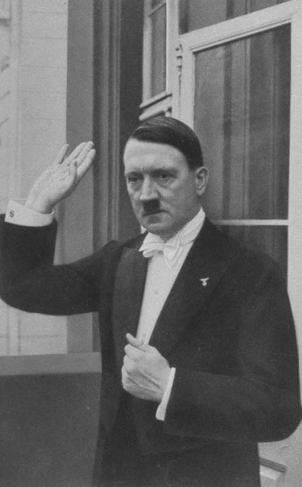Hitler wishing his guests a happy new year on New Year's Eve 1936. Not exactly showing a lot of warmth without Eva around. He went back inside after this and called her.