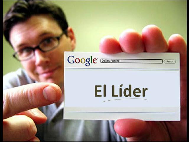 Hombre sosteniendo un tarjeta de presentación