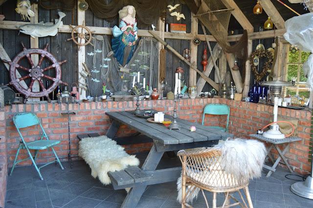 En solrik dag i Cornelias Verden - Utestue i forbindels med utekjøkkenet.